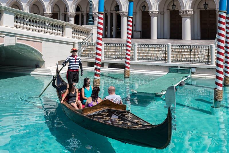 Las Vegas, Nevada, los E.E.U.U. - 1 de septiembre de 2017: Turistas que disfrutan de paseo en góndola en Grand Canal en el hotel  imagenes de archivo