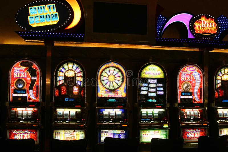 LAS VEGAS NEVADA, U.S.A. - 18 AGOSTO 2009: Vista sugli slot machine differenti in un casinò illuminato nella notte fotografia stock
