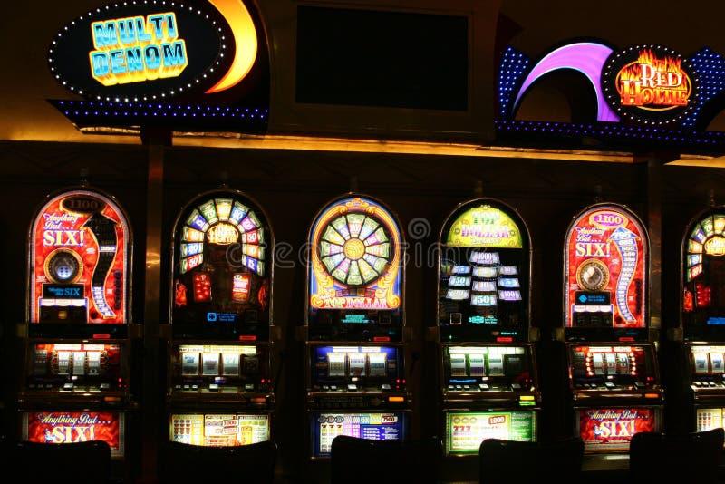 LAS VEGAS NEVADA, USA - AUGUSTI 18 2009: Sikt på olika enarmade banditer i en kasino exponerad i natten arkivfoto
