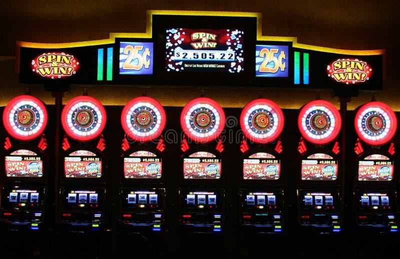 LAS VEGAS NEVADA, USA - AUGUSTI 18 2009: Sikten på tappningenarmade banditer rotera och segrar i en kasino fotografering för bildbyråer