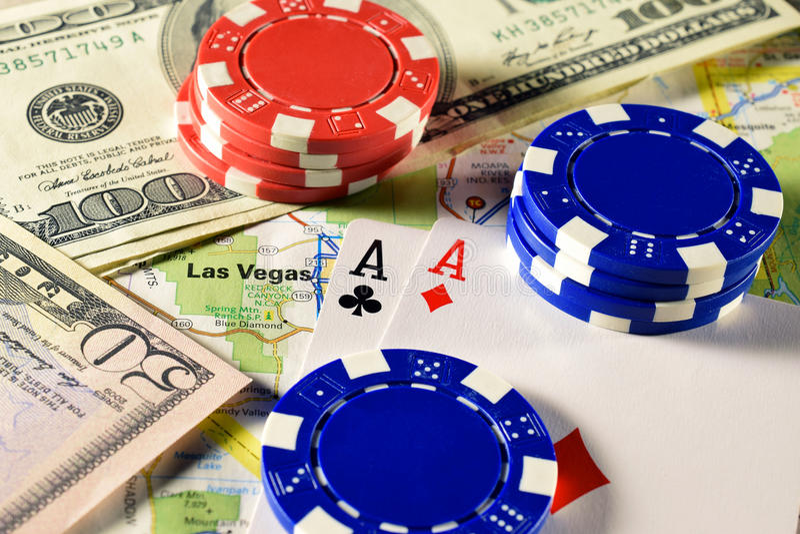 Las Vegas no mapa com dinheiro, microplaquetas de pôquer e pares de cartões de jogo dos áss fotos de stock royalty free