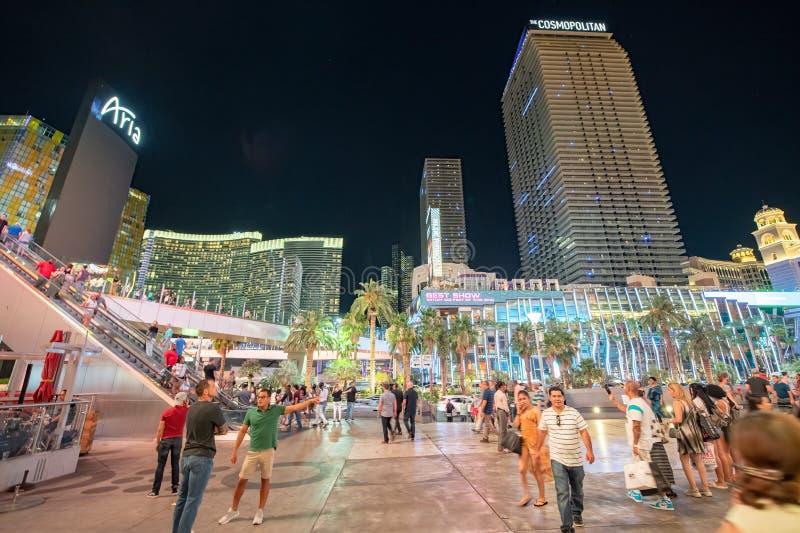 LAS VEGAS, NV - 29 GIUGNO 2018: I turisti camminano lungo il viale della striscia alla notte Las Vegas è conosciuto come Sin City fotografia stock