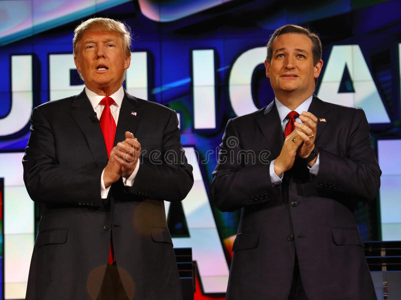 LAS VEGAS, NV - GRUDZIEŃ 15: Republikański kandyday na prezydenta USA senator Ted Cruz i Donald J Atutowy klaśnięcie przy CNN rep fotografia royalty free