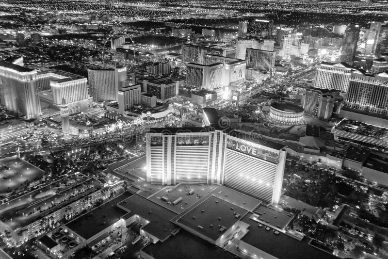 LAS VEGAS NV - JUNI 30, 2018: Flyg- nattsikt av remsakasinot arkivfoto