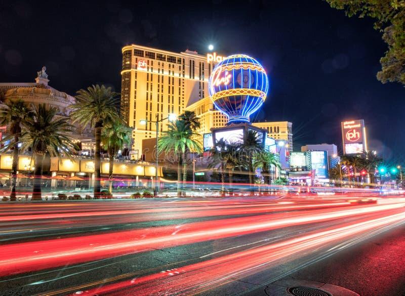 LAS VEGAS NV - JUNI 30, 2018: Nattljus av bilar i remsan fotografering för bildbyråer