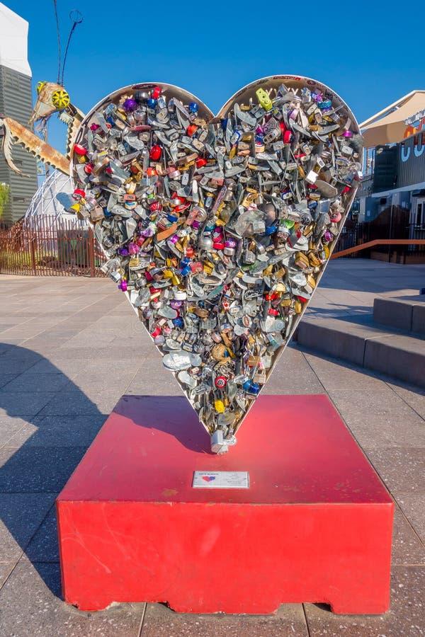 LAS VEGAS NV - NOVEMBER 21, 2016: Förälskelsen som medaljongskulptur på behållaren parkerar i Las Vegas, behållare Park, är a arkivfoto