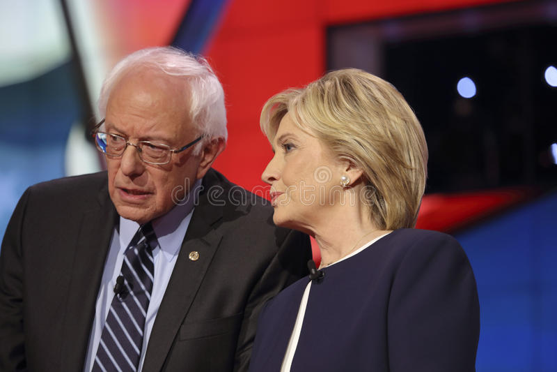 LAS VEGAS NV - OKTOBER 13 2015: Presenterar den demokratiska presidents- debatten för CNN kandidatsenen Bernie Sanders Hillary Cl arkivbilder