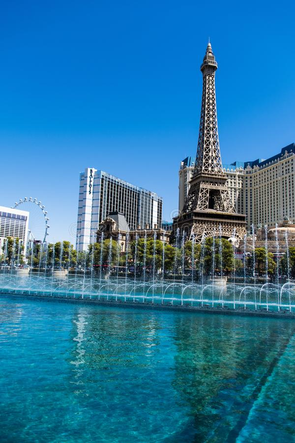 Las Vegas NV, USA 09032018: bedöva sikt av det Paris hotellet i dagljus under den bellagio springbrunnen visa arkivfoton