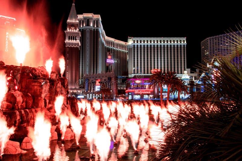 Las Vegas NV, USA 09032018: nattsikt av det Venetian från hägringvulkan arkivfoto