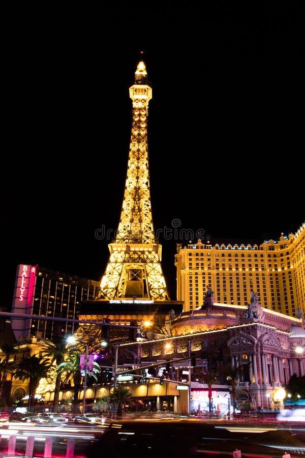 Las Vegas NV, USA 09032018: NATTsikt av remsan med mest av de historiska hotellen, med den huvudsakliga fokusen på Paris royaltyfri fotografi