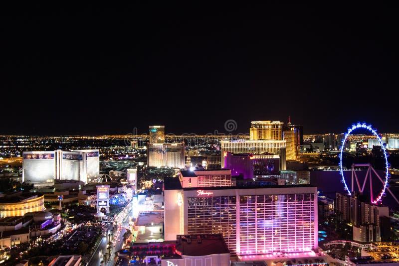 Las Vegas NV, USA 09032018: NATTsikt av remsan med mest av de historiska hotellen, inklusive Bally ` s och hägring royaltyfria bilder