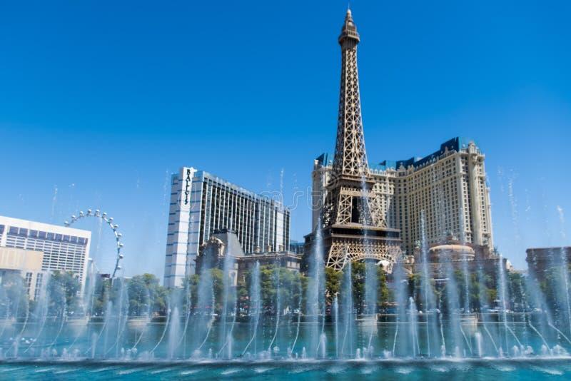 Las Vegas, NV, usa 09032018: oszałamiająco widok Paryski hotel w dnia świetle podczas Bellagio fontanny przedstawienia zdjęcie stock