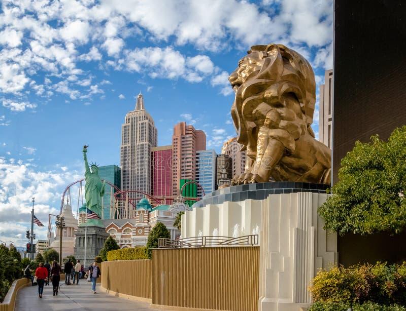 Las Vegas remsa, Mgm Grand lejon- och New York New York hotell och kasino - Las Vegas, Nevada, USA royaltyfri fotografi