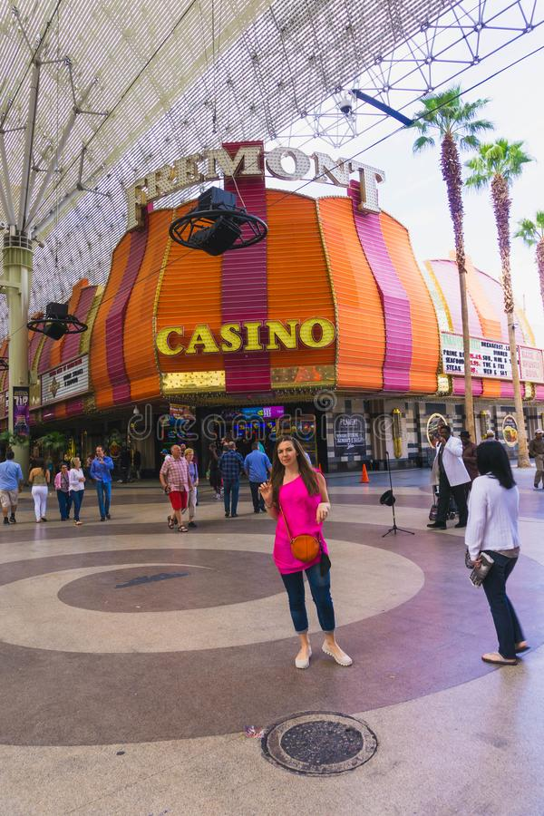 Las Vegas, Stany Zjednoczone Ameryka, Maj - 07, 2016: Ludzie chodzi przy Fremont ulicą obraz royalty free