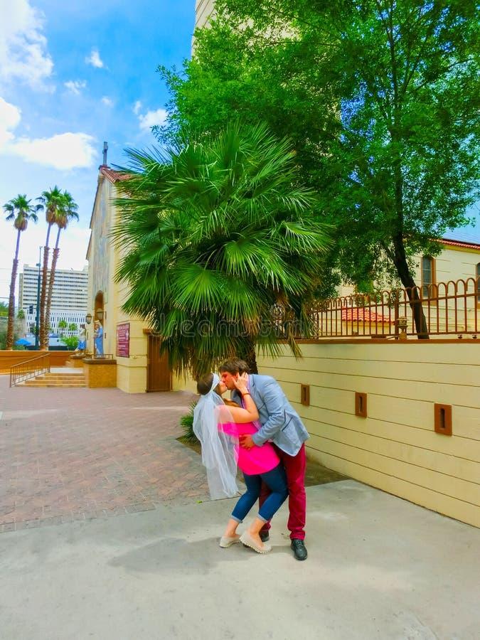 Las Vegas, Stati Uniti d'America - 7 maggio 2016: Nozze a Las Vegas alla piccola cappella bianca fotografia stock libera da diritti