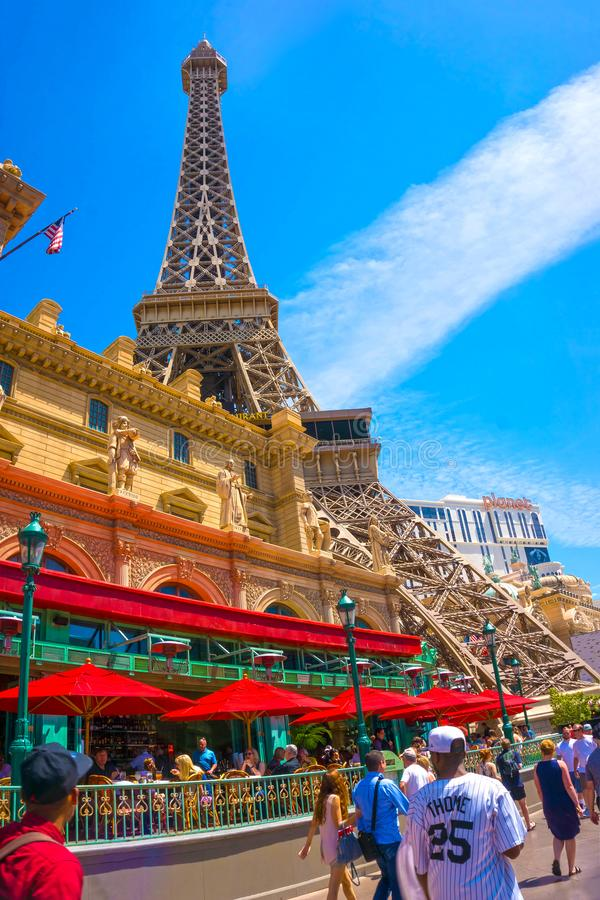 Las Vegas, Stati Uniti d'America - 5 maggio 2016: Torre Eiffel della replica dentro con chiaro cielo blu fotografia stock libera da diritti