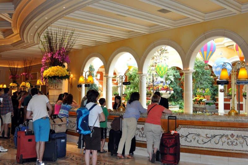 Las Vegas - turistas en la línea a registrarse en Bellagio foto de archivo