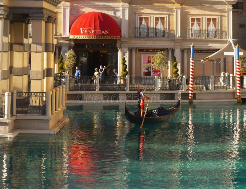 Las Vegas Venetian gondoler, turist- dragningar arkivbilder