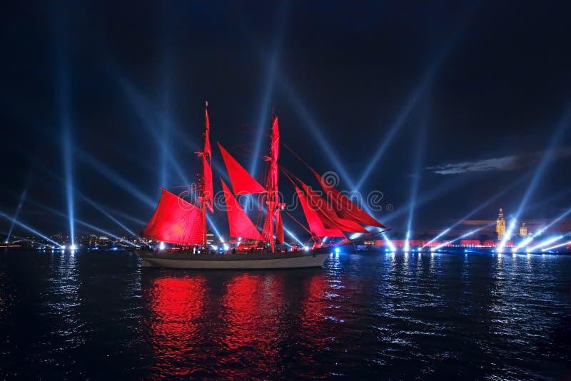 Las velas del escarlata de la celebración muestran durante el festival de las noches blancas imagenes de archivo
