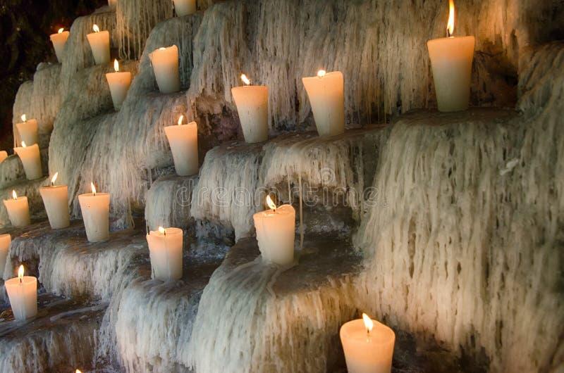 Las velas en los pasos, espiritual encendidos y el monumento enciende deco fotos de archivo libres de regalías