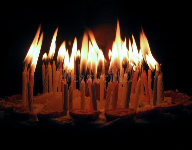 Las velas en una torta imagenes de archivo