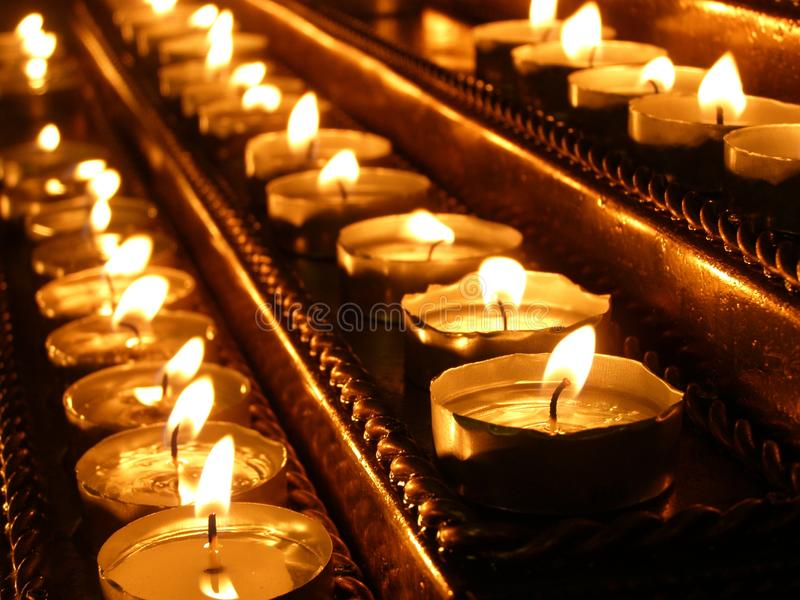 Las velas están quemando en la palmatoria en la iglesia Utensilios de la iglesia Primer imagen de archivo libre de regalías