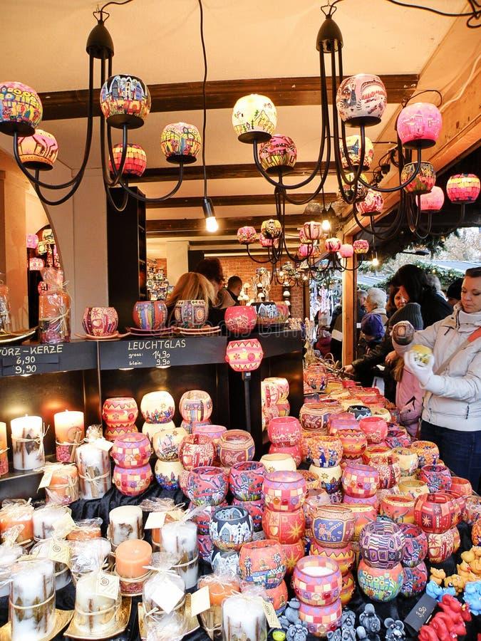Las velas hechas a mano de la Navidad hacen compras fotografía de archivo libre de regalías