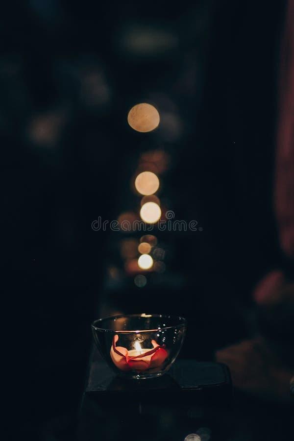 Las velas se encienden en vidrio en el altar de madera o banco en iglesia en el matrimonio santo Festival de Diwali de la luz Que fotos de archivo