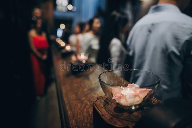 Las velas se encienden en vidrio en el altar de madera o banco en iglesia en el matrimonio santo Festival de Diwali de la luz Que imagenes de archivo