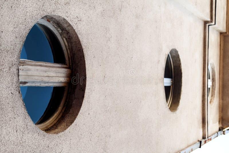 Las ventanas circulares con el vidrio azul, archit contemporáneo moderno fotografía de archivo