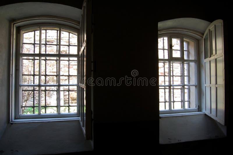Las ventanas de la prisión anterior fotos de archivo