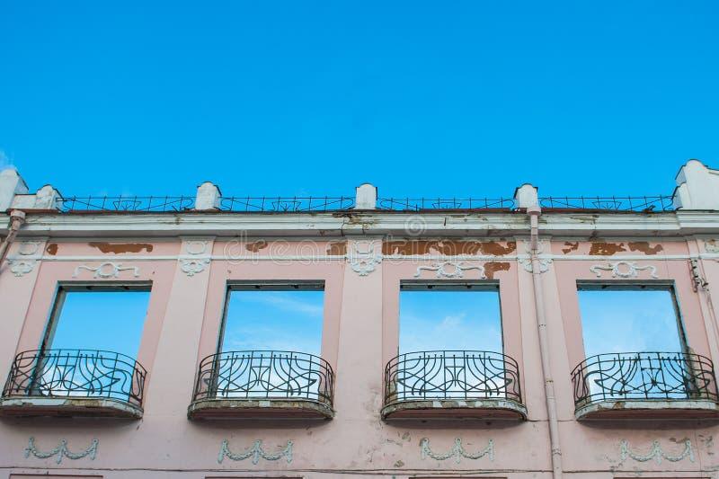 Las ventanas hacen frente al cielo Edificio destechado foto de archivo libre de regalías