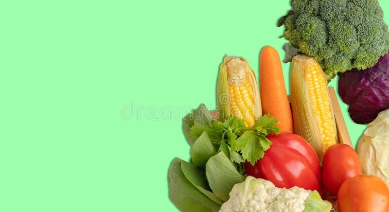 Las verduras apilan en el fondo verde foto de archivo libre de regalías