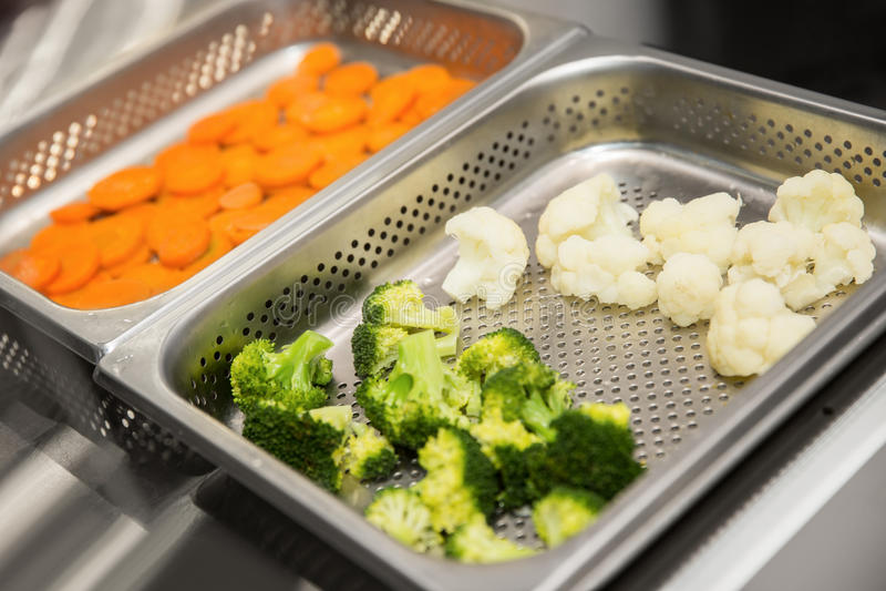 Las verduras cocinaron en cocido al vapor, las zanahorias, bróculi, coliflor imágenes de archivo libres de regalías