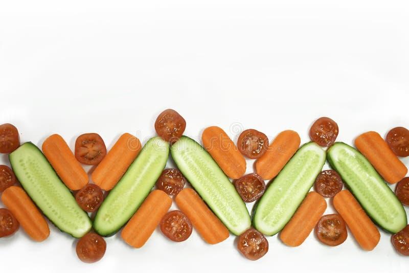 Las verduras frescas de la dieta sana ponen completamente la frontera aislada en blanco Tomate, zanahoria, pepino en la composici foto de archivo