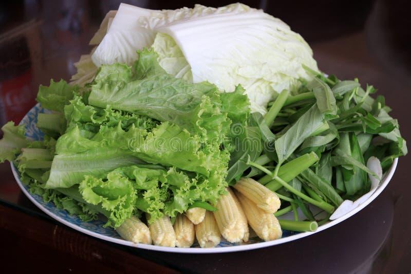 Las verduras frescas de la variedad en el plato, incluyen la col de China, lechuga, correhuela, maíz de bebé imagenes de archivo
