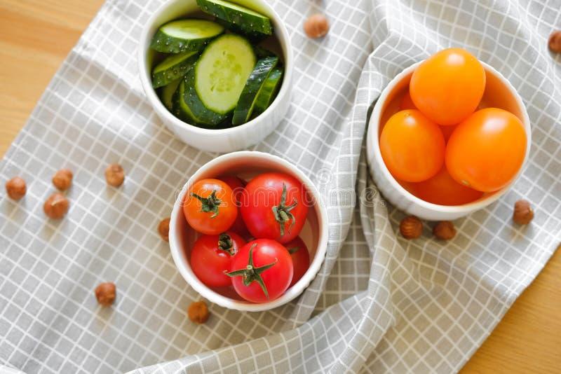 Las verduras frescas y las nueces coloridas mienten en un fondo de madera fotografía de archivo libre de regalías