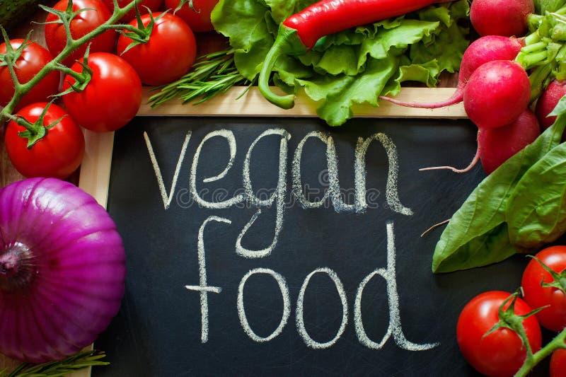 Las verduras hicieron palabra orgánica Verduras hechas de palabra orgánicas Vehículos en un fondo negro Palabra orgánica en un ne imagenes de archivo