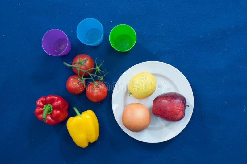 Las verduras y las frutas son una parte importante de una dieta sana, y la variedad está como importante fotos de archivo