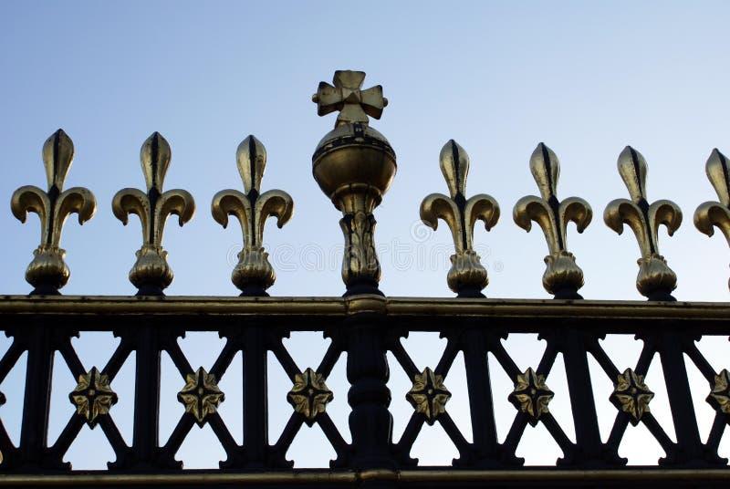 Las verjas de la puerta del Buckingham Palace en Londres, Inglaterra imagen de archivo libre de regalías