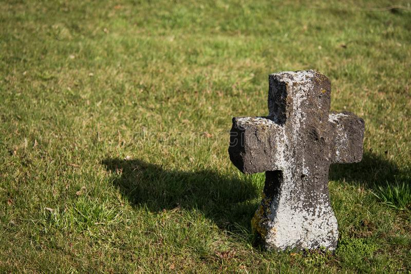 Las viejas cruces hicieron de la piedra un cementerio militar imagenes de archivo