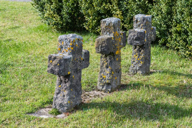 Las viejas cruces hicieron de la piedra un cementerio militar foto de archivo