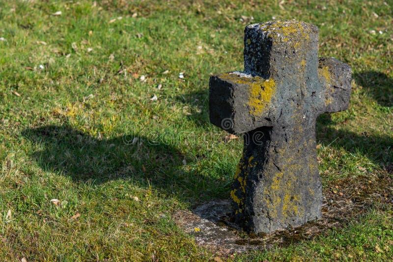 Las viejas cruces hicieron de la piedra un cementerio militar fotos de archivo libres de regalías