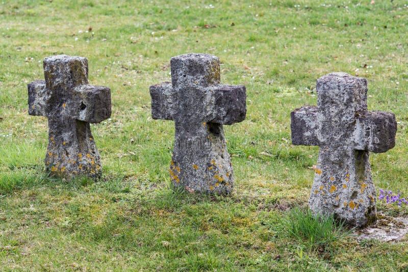 Las viejas cruces hicieron de la piedra un cementerio militar fotografía de archivo libre de regalías