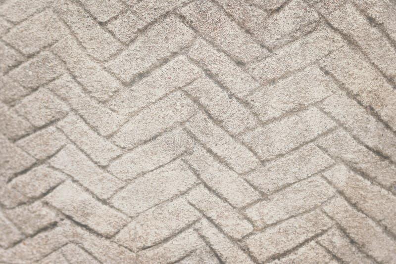Las viejas líneas abstractas concretas grises de la pared zigzaguean en horizontal para el fondo imagenes de archivo