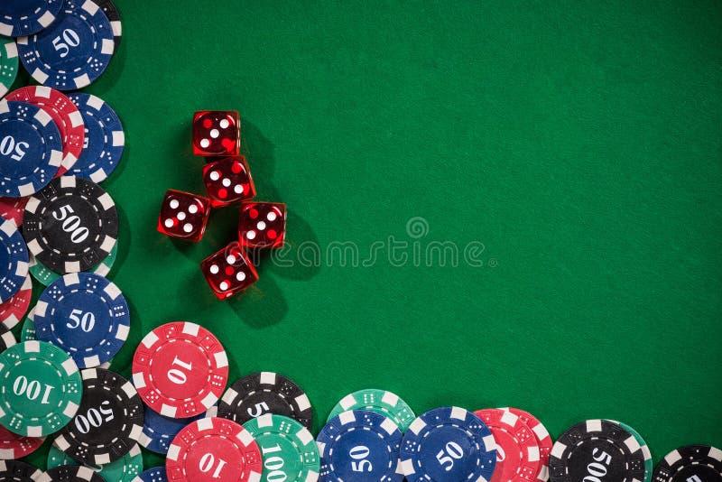 Las virutas de póker del casino y cortan en cuadritos fotografía de archivo