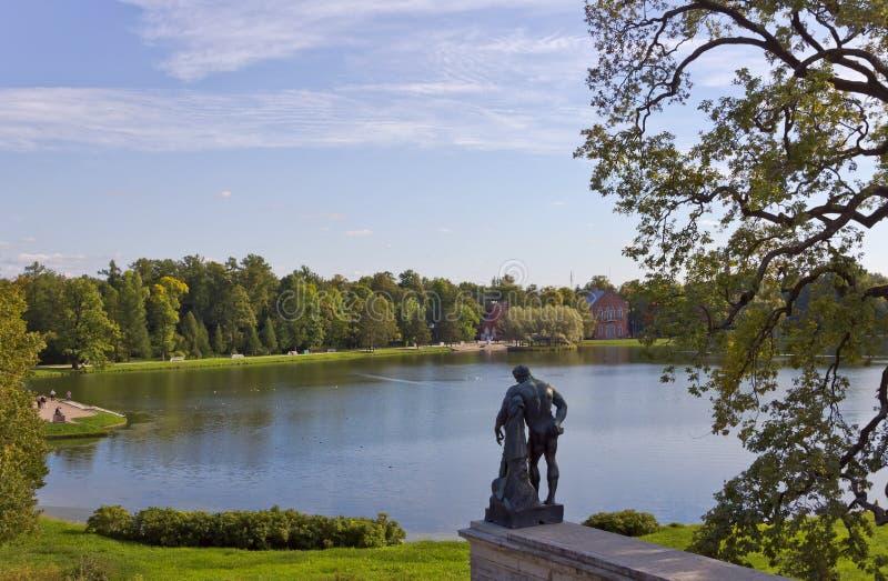 Las vistas de la estatua de Hércules y de una charca grande de la galería de Cameron en el paisaje parquean Tsarskoye Selo fotografía de archivo