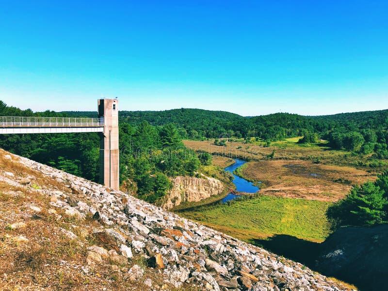 Las vistas de la presa de Thomaston y porciones del Naugatuck River Valley imágenes de archivo libres de regalías