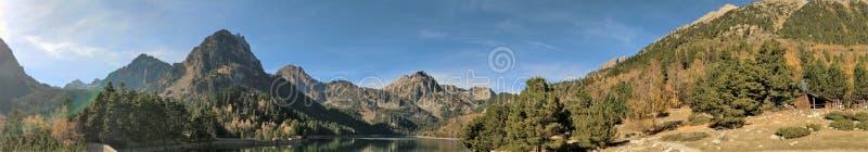Las vistas de las montañas entre el lago foto de archivo libre de regalías