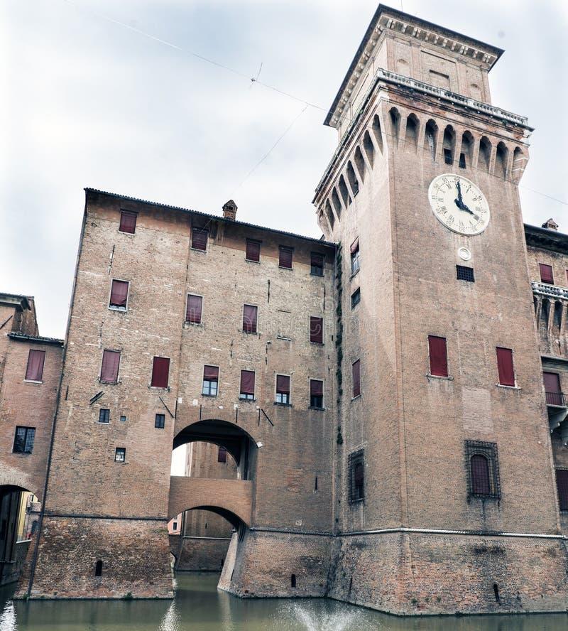 Las vistas del castillo ducal medieval llamaron el estense, en s marnific fotos de archivo libres de regalías